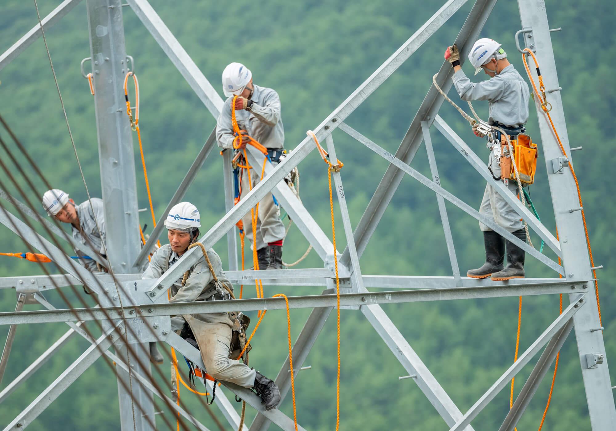 送電線鉄塔の組立作業