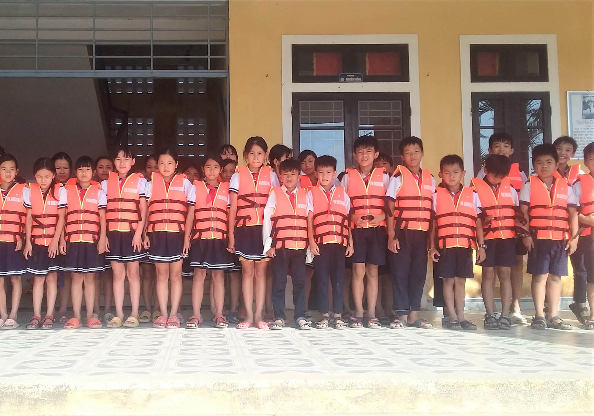寄贈されたライフジャケットを着た子供たち